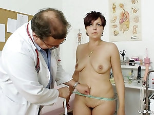 Plump mature babe gets thoroughly inspected at the doctor's office
